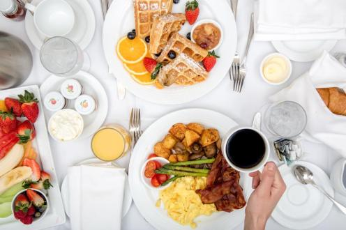 hotel-breakfast-room-service_925x